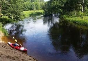 Plaukimas baidarėmis upe